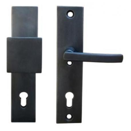 Kované bezpečnostní kování na štítě model 4405