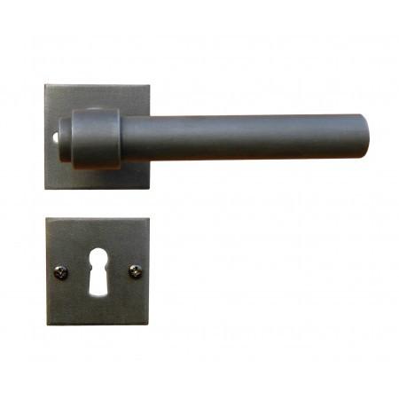 Kovaná rozetová klika 1831/SQA s výstupky a prošroubováním do pouzdra